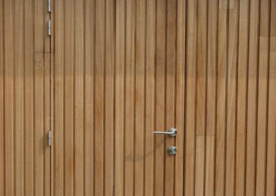 vanhauwood - modern bijgebouw carport 2 strakke deur verticale latjes