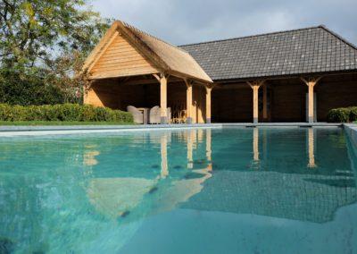 Poolhouse met combinatie van riet en vieilli dakpannen. (Ref. VDV EP01)