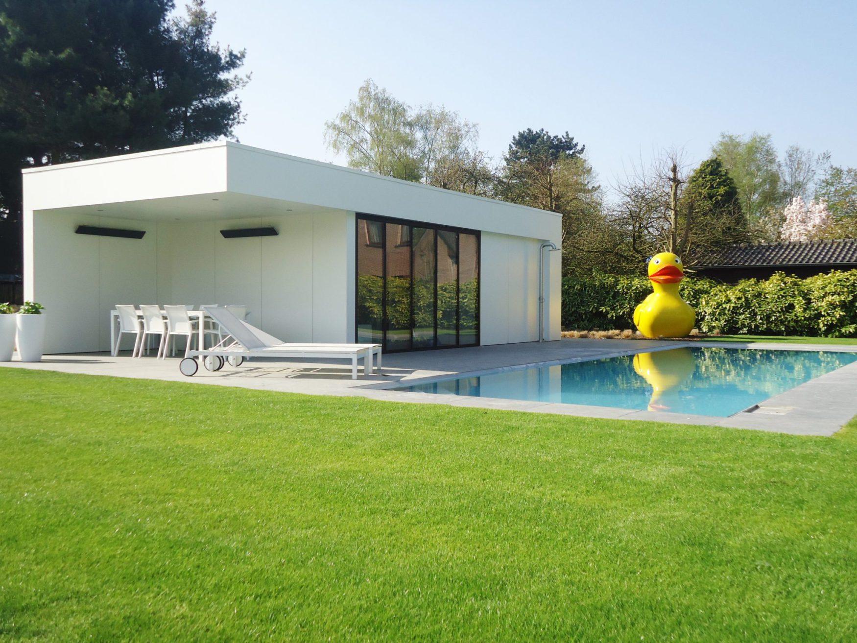 Beton zwembad met liner en modern poolhouse dcpools