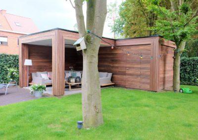 Moderne overdekte zitplaats met tuinberging in padoek (Ref. Sac MB02)