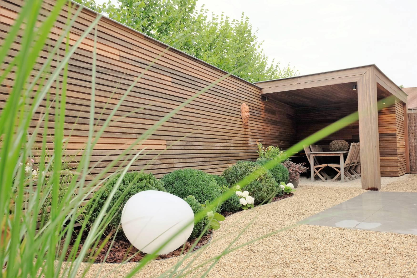 Strakke tuinberging met overdekt terras vanhauwood for Overdekt terras