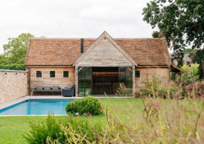Eiken poolhouse met bourgondische tegelpannen en staalraam  (Ref.RMB EP06)