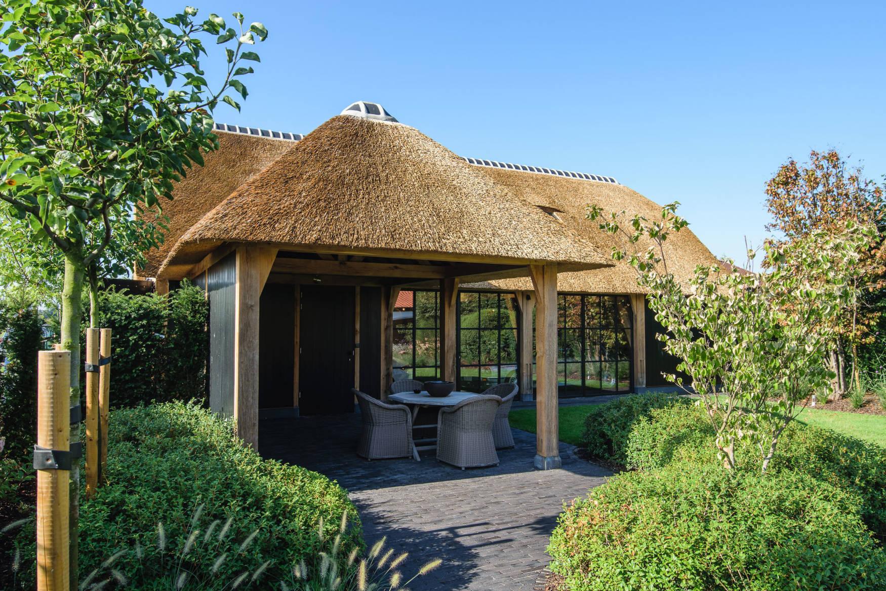 Zwart gebrande eiken garage met rieten dak (Ref. ZW ZEC05) | Vanhauwood