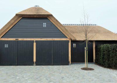 Zwart gebrande eiken garage met rieten dak  (Ref. ZW ZEC05)