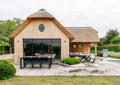 Vanhauwood_poolhouse en lounge rietdak 10