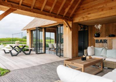 Vanhauwood_poolhouse en lounge rietdak 15