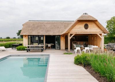 Vanhauwood_poolhouse en lounge rietdak 16