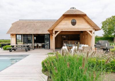 Vanhauwood_poolhouse en lounge rietdak 17