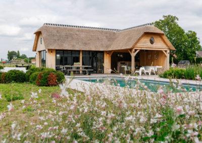 Vanhauwood_poolhouse en lounge rietdak 31