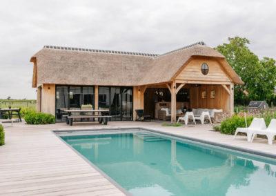 Eikenhouten poolhouse met lounge rietdak (Ref. SNVD)