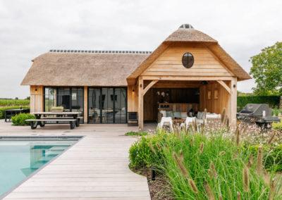Vanhauwood_poolhouse en lounge rietdak 6