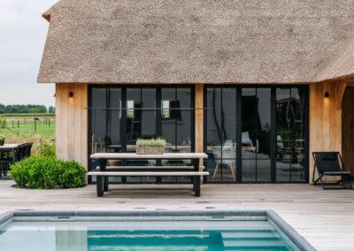 Vanhauwood_poolhouse en lounge rietdak 7