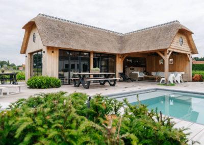 Vanhauwood_poolhouse en lounge rietdak 8