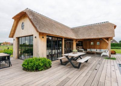 Vanhauwood_poolhouse en lounge rietdak 9