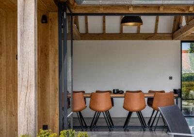 Vanhauwood_eiken poolhouse met bar en keuken