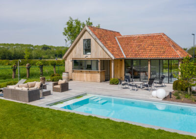Vanhauwood_eiken poolhouse met lounge en bar