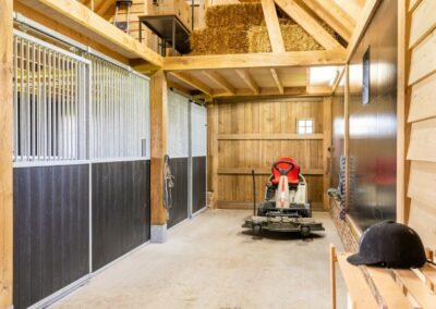 Vanhauwood_paardenstalling eik en riet paardenboxen