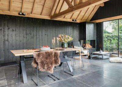 poolhouse met rieten dak zwart hout 11