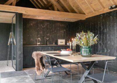 poolhouse met rieten dak zwart hout 12