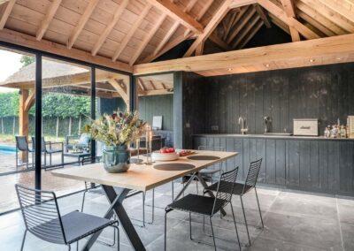 poolhouse met rieten dak zwart hout 14