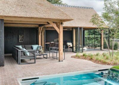 poolhouse met rieten dak zwart hout 2