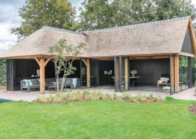 poolhouse met rieten dak zwart hout 4