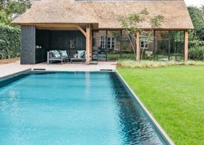 poolhouse met rieten dak zwart hout