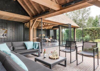 poolhouse met rieten dak zwart hout 6
