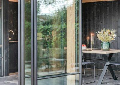 poolhouse met rieten dak zwart hout 8