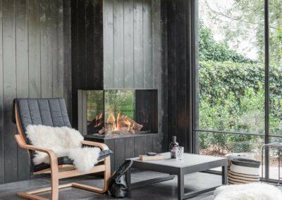 poolhouse met rieten dak zwart hout 9